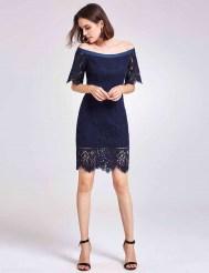 Тёмно-синее кружевное платье с открытыми плечами