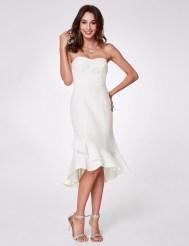 Белое удлинённое сзади платье с вышивкой и оборкой