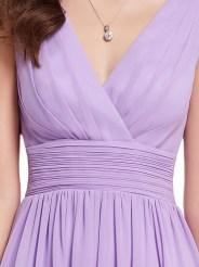 Легкое сиреневое платье с V-образным вырезом
